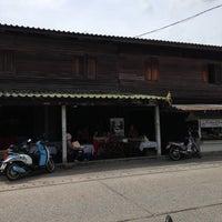 Photo taken at ร้านก๋วยเตี๊ยวบ้านบึง ชลบุรี by Ying P. on 5/12/2013