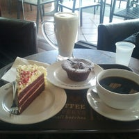 Photo taken at The Coffee Bean & Tea Leaf by Ahmed a. on 10/23/2012
