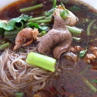 Photo taken at ก๋วยเตี๋ยวเรือปู่พลอย by MeMon C. on 11/6/2012