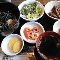 Photo taken at 韓国家庭料理 はな by Tomoharu N. on 12/9/2013