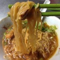 Photo taken at hủ tíu mì Tuyền Ký 泉記粉麵 by Lam P. on 9/25/2012