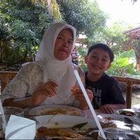 Photo taken at Saung Mang Engking by Hatifah H. on 12/1/2012