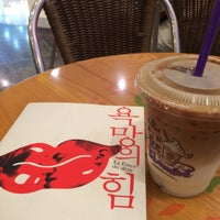 Photo taken at The Coffee Bean & Tea Leaf by Sun-young L. on 7/24/2015