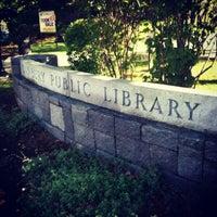 Foto scattata a Danbury Public Library da Alexa R. il 9/29/2012