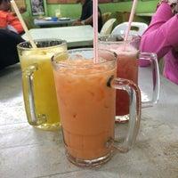 Photo taken at Amat Burger & Jus Buah Gelas Besar by Ellmyrarara on 11/13/2016
