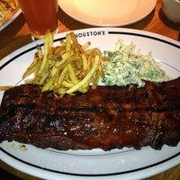 Photo taken at Houston's Restaurant by H G. on 5/9/2013