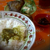 Photo taken at Ayam & Bebek Goreng Palupi by Meinitaaa on 5/5/2013