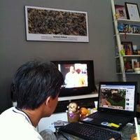 Photo taken at โซฟาหน้าจอโทรทัศน์@บ้านนายช่างโจ by Khaidao A. on 11/3/2012