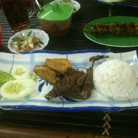 Photo taken at Warung Sego Pecel Asli Madiun BAROKAH by Abdul K. on 7/4/2013