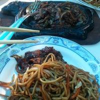 Photo taken at Kineski restoran Kineski zmaj by Marijo M. on 9/25/2012