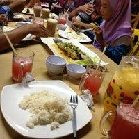 Photo taken at Restoran Selera Warisan Tom Yam Seafood by Shida S. on 1/13/2013