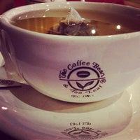 Photo taken at The Coffee Bean & Tea Leaf by Zeba E. on 3/4/2014