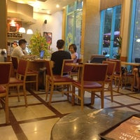 Photo taken at The Coffee Bean & Tea Leaf @ Metropolitan by Ty M. on 1/21/2014