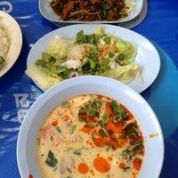 Photo taken at ข้าวต้มปลาเมืองชล by ไพโรจน์ ช. on 2/8/2014