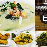Photo taken at You Huak Restaurant (Sembawang White Beehoon 三巴旺白米粉) by Melvin N. on 9/26/2016