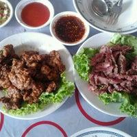 Photo taken at ร้านอาหารปลาใหญ่ ไผ่เขียว ลาดกระบัง by Dulwatit T. on 9/30/2011