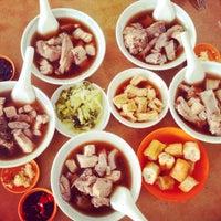 Photo taken at Restoran Sze Hwa Bak Kut Teh (古来世华肉骨茶) by Jun W. on 12/13/2014