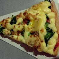 Photo taken at Vitrine da Pizza - Pizza em Pedaços by Rodrigo S. on 5/17/2013