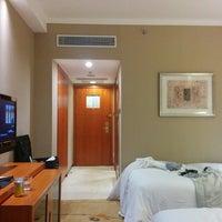 Photo taken at Sheraton Chengdu Lido Hotel | 天府丽都喜来登饭店 by Abraham C. on 10/29/2014