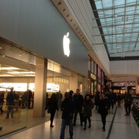 Photo taken at Apple Manchester Arndale by Gari W. on 1/19/2013