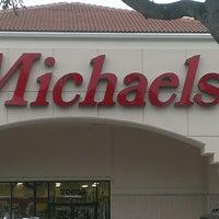 Foto tirada no(a) Michaels por Janet F. em 6/12/2013