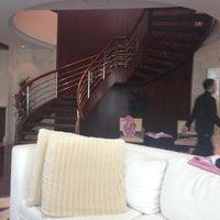 Photo taken at Shangri-La Hotel by Hashem A. on 12/9/2012