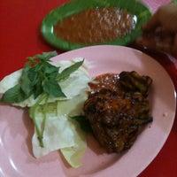Photo taken at Pondok Ikan & Ayam Bakar Cak Irul 77 by Edi R. on 12/23/2012