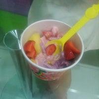 Photo taken at Tutti Frutti Frozen Yogurt by Rouz A. on 3/15/2015