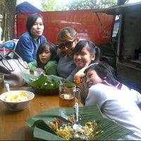 Photo taken at Bubur ayam Cilaki dan kopi yuu by Jill ( ˘)з(˘⌣˘) ♥. on 4/14/2012