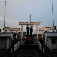 Photo taken at Tugu Pahlawan by Yudo A. on 12/20/2012