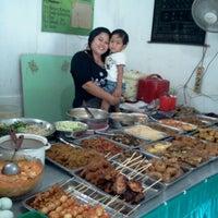 Photo taken at Nasi Pecel Pincuk & Tepo Bu Is by Linda Amalia K. on 1/13/2012