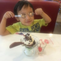 Photo taken at Swensen's by yingying on 4/24/2016