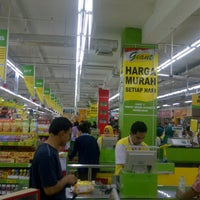 Photo taken at Giant Hypermarket by dindindince on 3/9/2013