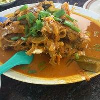 Photo taken at Restoran Kari Kepala Ikan Kampung Pandan by Ryo Y. on 12/9/2012