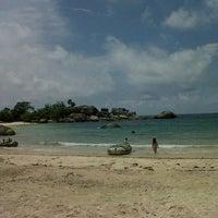 Das Foto wurde bei Tanjung Tinggi Beach von Rahayu P. am 3/2/2013 aufgenommen