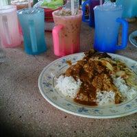 Photo taken at Restoran Causeway Nasi Padang Ina by Khairul A. on 1/31/2013