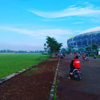 Photo taken at Stadion Gelora Bandung Lautan Api (GBLA) by hardy 杨. on 4/10/2016