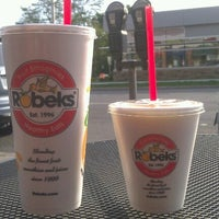 Photo taken at Robeks Fresh Juices & Smoothies by Larianne T. on 10/13/2012