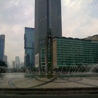 Photo taken at Bundaran Hotel Indonesia (Monumen Selamat Datang) by Muji H. on 9/15/2013