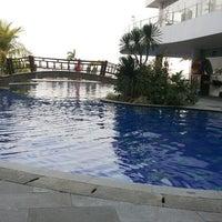Photo taken at Swimming Pool Mercure by Rahendra Z. on 10/10/2013