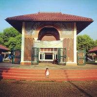 Photo taken at Masjid Ukhuwah Islamiyah (Mesjid UI) by sutikno on 11/16/2012