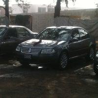 Photo taken at Lavado de Autos Optimus by Walter P. on 12/18/2012