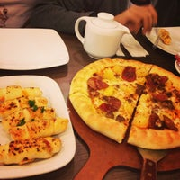Photo taken at Pizza Hut by ♥ĆƪáŔá♥ on 2/3/2013