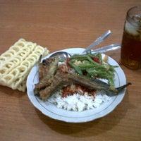 Photo taken at rumah makan rata-rata masakan nusantara by Bagus M. on 3/9/2012