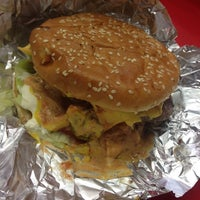 Foto tomada en Pirates Burgers por Rafa M. el 12/18/2013