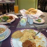 Photo taken at Restaurante Liverpool by Rafael J. on 5/14/2013
