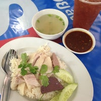 Photo taken at ลัคกี้ ข้าวมันไก่ เมืองทองธานี by ชุ แ. on 12/24/2012