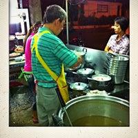 Photo taken at โจ๊กหมู-ไข่เยี่ยวม้า (เก๋-นิด) | ตลาดใหม่ by Chernaree M. on 9/18/2013