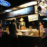 Photo taken at Kaw Kha Moo Chang Phuek by น้องบอล จ. on 12/28/2012