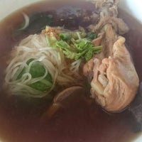 Photo taken at ก๋วยเตี๋ยวไร้เทียมทาน by Panupong S. on 12/9/2014